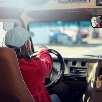 Jak dbać o kręgosłup podczas jazdy samochodem?